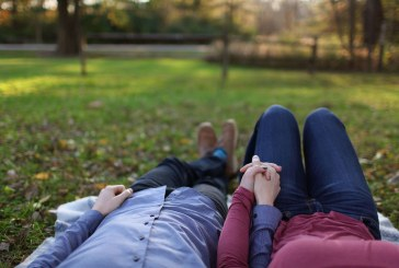 9 نشانه رابطه صادقانه که رفتار نامزدت فریبنده نیست